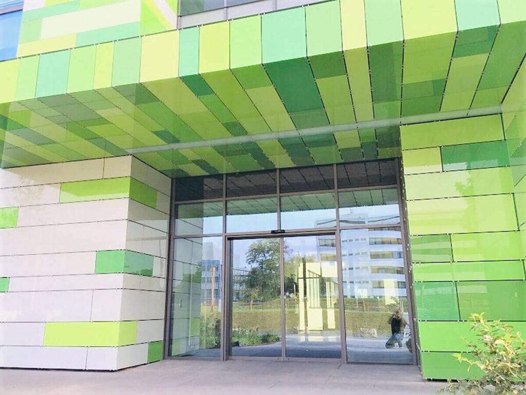Laborgebäude Mainz - Fassade aus Glas in 10 verschiedenen Tönen