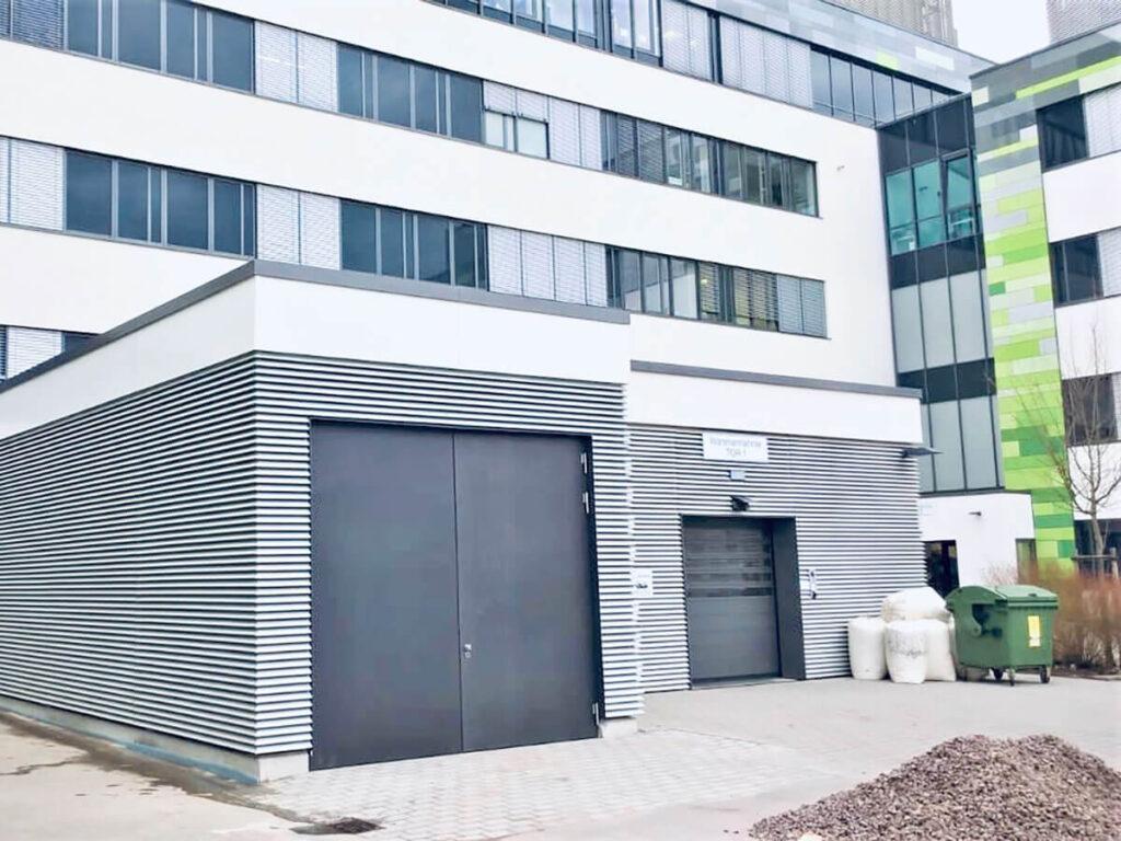 Anlieferung Mainz - Komplette Gebäudehülle mit Lamellenfassade und Flachdachabdichtung/Gründach