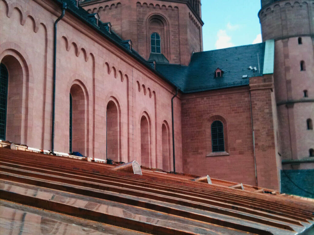 Hoher Dom zu Mainz - Seitenschiff Sanierung Dachflächen in Kupfer Doppelstehfalzeindeckung