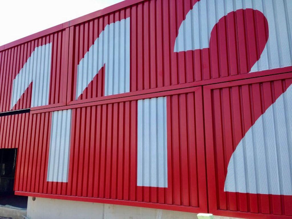 Feuerwache1 Mainz - Fassadenbekleidung in Seecontaineroptik mit gelochten, hinterleuchteten Ziffern
