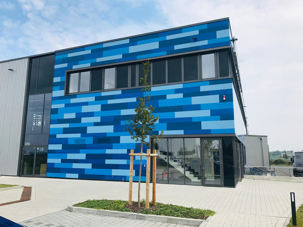 Logistikgebäude Mainz - kompletter Fassadenaufbau mit gedämmter Stahlkassette und Trapezbekleidung, bzw blauen Kassetten