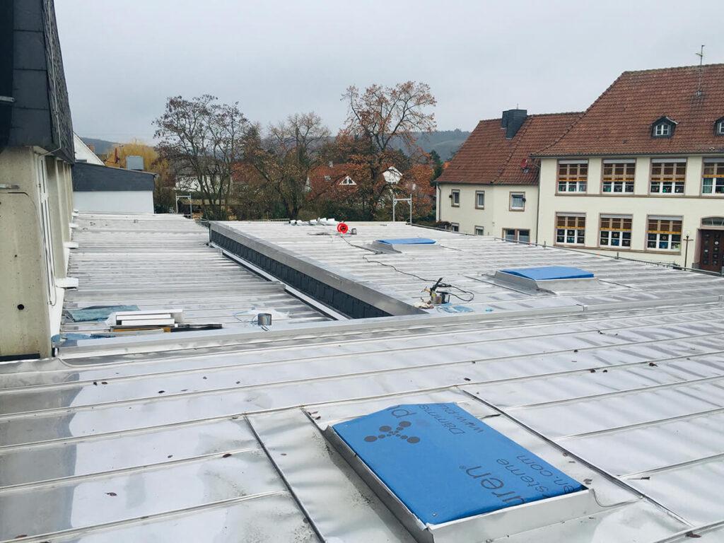 Palmsteinhalle Weinsheim - Sanierung der Flachdächer in Edelstahl rollnahtgeschweißt